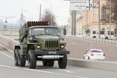 ST PETERSBURGO, RÚSSIA - 9 DE MAIO: passagem do equipamento militar após a parada em ruas da cidade, RÚSSIA - 9 de maio de 2017 E Foto de Stock