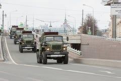 ST PETERSBURGO, RÚSSIA - 9 DE MAIO: passagem do equipamento militar após a parada em ruas da cidade, RÚSSIA - 9 de maio de 2017 E Fotos de Stock Royalty Free