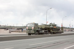 ST PETERSBURGO, RÚSSIA - 9 DE MAIO: passagem do equipamento militar após a parada em ruas da cidade, RÚSSIA - 9 de maio de 2017 E Imagens de Stock Royalty Free