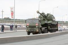 ST PETERSBURGO, RÚSSIA - 9 DE MAIO: passagem do equipamento militar após a parada em ruas da cidade, RÚSSIA - 9 de maio de 2017 E Fotos de Stock