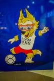 ST PETERSBURGO, RÚSSIA, O 29 DE ABRIL DE 2018: Opinião interna a mascote oficial do lobo 2018 do campeonato do mundo de FIFA Zabi Fotos de Stock Royalty Free