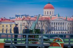 ST PETERSBURGO, RÚSSIA, O 17 DE MAIO DE 2018: Diário no 12:00 onde um tiro é ateado fogo de um canhão no bastião de Naryshkin ist Foto de Stock Royalty Free