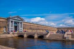 ST PETERSBURGO, RÚSSIA, O 17 DE MAIO DE 2018: Povos não identificados que andam na porta de Nevsky da fortaleza de Peter e de Pau Fotografia de Stock
