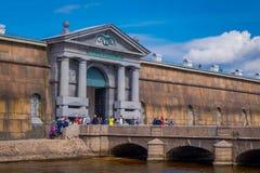 ST PETERSBURGO, RÚSSIA, O 17 DE MAIO DE 2018: Povos não identificados que andam na porta de Nevsky da fortaleza de Peter e de Pau Foto de Stock Royalty Free