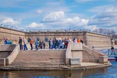 ST PETERSBURGO, RÚSSIA, O 17 DE MAIO DE 2018: Povos não identificados que andam na porta de Nevsky da fortaleza de Peter e de Pau Foto de Stock
