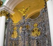 ST PETERSBURGO, RÚSSIA - OKTOBER 26, 2014: Porta do palácio do inverno na cidade St Petersburg, Rússia Fotografia de Stock