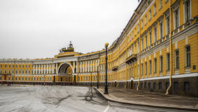 ST PETERSBURGO, RÚSSIA - OKTOBER 26, 2014: Quadrado do palácio na cidade St Petersburg, Rússia Imagem de Stock
