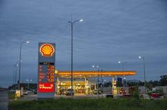 ST PETERSBURGO, Rússia, pode, 2019; posto de gasolina do escudo na rua do paraquedas nuvens bonitas no fundo do posto de gasolina foto de stock royalty free