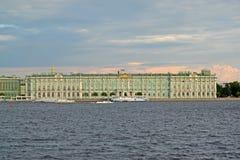 ST Petersburgo, Rússia Uma vista do palácio do inverno de Neva na noite do verão Imagens de Stock Royalty Free