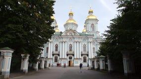 ST PETERSBURGO, RUSIA: Callejón y la catedral naval de Nikolsky en el verano almacen de video