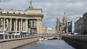 ST PETERSBURGO, RUSIA: Canal de Griboedov, la catedral de Kazán y el salvador en iglesia de la sangre en el verano metrajes