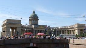 ST PETERSBURGO, RUSIA: Catedral de Kazán, el canal de Griboedov y gente en el día de verano almacen de metraje de vídeo