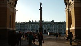 ST PETERSBURGO, RUSIA: Cuadrado del palacio, Alexander Column, ermita a través del arco del estado mayor general almacen de metraje de vídeo