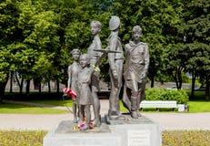 ST PETERSBURGO, RUSIA - 2 DE AGOSTO DE 2016: Foto de los niños del monumento de la guerra Imagen de archivo libre de regalías
