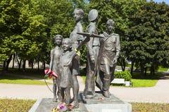 ST PETERSBURGO, RUSIA - 2 DE AGOSTO DE 2016: Foto de los niños del monumento de la guerra Fotografía de archivo libre de regalías