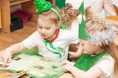 ST PETERSBURGO, RUSIA - 28 DE DICIEMBRE: Contratan a los niños festivamente vestidos a la guardería, RUSIA - 28 de diciembre de 2 Fotos de archivo libres de regalías