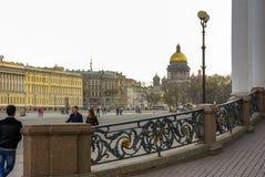 ST PETERSBURGO, RUSIA - 1 DE ENERO DE 2008: Opinión cuadrada del palacio a la catedral de Kazán de nuestra señora, Foto de archivo libre de regalías