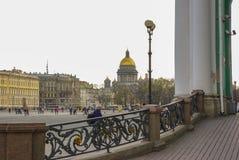 ST PETERSBURGO, RUSIA - 1 DE ENERO DE 2008: Opinión cuadrada del palacio a la catedral de Kazán de nuestra señora, Imagen de archivo libre de regalías