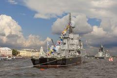 ST PETERSBURGO, RUSIA - 31 DE JULIO DE 2016: Foto de buques de guerra en el desfile en el día de la marina de guerra fotografía de archivo