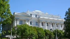 ST PETERSBURGO, RUSIA - 11 DE JULIO DE 2014: Fragmento del palacio de Yelagin Fotos de archivo libres de regalías