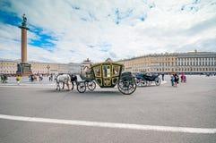 ST PETERSBURGO, RUSIA - 26 DE JULIO DE 2015: Turistas en carro en Foto de archivo libre de regalías