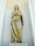 ST PETERSBURGO, RUSIA - 11 DE JULIO DE 2014: Una estatua del vestal i Imagen de archivo