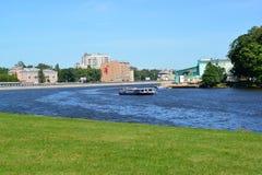 ST PETERSBURGO, RUSIA - 11 DE JULIO DE 2014: Una vista de Srednyaya Nevk Fotografía de archivo libre de regalías