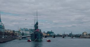 ST PETERSBURGO, RUSIA - 29 de junio de 2017: La aurora revolucionaria legendaria del crucero del nave-museo en el río de Neva en  almacen de video