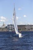 ST PETERSBURGO, RUSIA - 5 DE JUNIO: Una regata de la navegación en St Petersburg, RUSIA - 5 de junio de 2015 Imagen de archivo