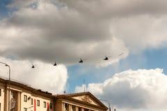 ST PETERSBURGO, RUSIA - 9 DE MAYO: la aeromecánica militar del vuelo para la participación en un desfile, RUSIA - 9 de mayo de 20 Foto de archivo libre de regalías