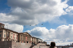 ST PETERSBURGO, RUSIA - 9 DE MAYO: la aeromecánica militar del vuelo para la participación en un desfile, RUSIA - 9 de mayo de 20 Fotos de archivo