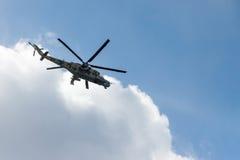ST PETERSBURGO, RUSIA - 9 DE MAYO: la aeromecánica militar del vuelo para la participación en un desfile, RUSIA - 9 de mayo de 20 Imagenes de archivo