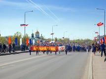 ST PETERSBURGO, RUSIA - 9 DE MAYO DE 2016: Procesión solemne de la columna festiva con la bandera Fotografía de archivo libre de regalías