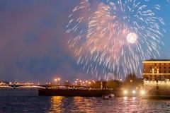 ST PETERSBURGO, RUSIA - 9 DE MAYO: saludo festivo sobre Neva, RUSIA - 9 de mayo de 2017 Fotografía de archivo
