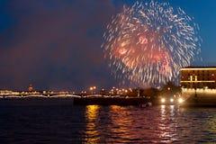ST PETERSBURGO, RUSIA - 9 DE MAYO: saludo festivo sobre Neva, RUSIA - 9 de mayo de 2017 Imagenes de archivo