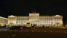ST PETERSBURGO, RUSIA: Edificio iluminado de la asamblea legislativa Zaks en la noche almacen de video