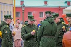 ST PETERSBURGO, RUSIA, EL 17 DE MAYO DE 2018: Opinión al aire libre los hombres rusos del adolescente que llevan el uniforme mili Fotos de archivo