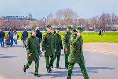 ST PETERSBURGO, RUSIA, EL 17 DE MAYO DE 2018: Opinión al aire libre los hombres rusos del adolescente que llevan el uniforme mili Fotografía de archivo libre de regalías
