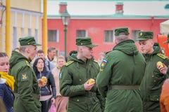 ST PETERSBURGO, RUSIA, EL 17 DE MAYO DE 2018: Opinión al aire libre los hombres rusos del adolescente que llevan el uniforme mili Imagenes de archivo