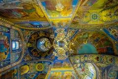 ST PETERSBURGO, RUSIA, EL 1 DE MAYO DE 2018: Vista interior del mosaico del techo en la catedral de la resurrección de Cristo del Fotografía de archivo