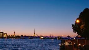 ST PETERSBURGO, RUSIA: El puente del palacio en noches blancas en el verano almacen de metraje de vídeo