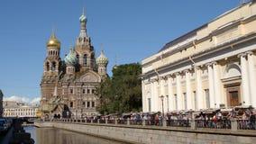 ST PETERSBURGO, RUSIA: El salvador en iglesia de la sangre y el canal de Griboedov en el verano almacen de metraje de vídeo