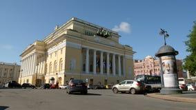 ST PETERSBURGO, RUSIA: El tráfico de Alexander Theatre y de coche en el verano almacen de metraje de vídeo