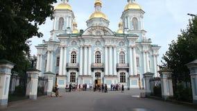 ST PETERSBURGO, RUSIA: Gente cerca de la catedral naval de Nikolsky en el verano almacen de metraje de vídeo