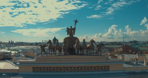 ST PETERSBURGO, RUSIA: Gloria del carro del arco triunfal en el edificio del estado mayor general en St Petersburg almacen de video