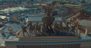 ST PETERSBURGO, RUSIA: Gloria del carro del arco triunfal en el edificio del estado mayor general en St Petersburg metrajes