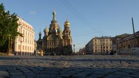 ST PETERSBURGO, RUSIA: Iglesia del salvador en piedras de la iglesia de la sangre y de una pavimentación en el verano metrajes