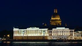 ST PETERSBURGO, RUSIA: La catedral de Isaac y el edificio de Senat en la noche almacen de video