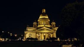 ST PETERSBURGO, RUSIA: La catedral y un parque de Isaac iluminado en la noche almacen de metraje de vídeo