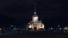 ST PETERSBURGO, RUSIA: La gente camina cerca de una fuente cerca del Ministerio de marina en la noche almacen de metraje de vídeo